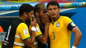neymar-esconde-a-boca-e-passa-orientacao-a-thiago-silva-no-primeiro-tempo-do-jogo-entre-brasil-e-holanda-no-mane-garrincha-1405198962734_1920x1080