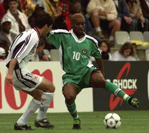 Spanish Gonzales Raul, left, is tackled by Nigerian Jay-Jay Okocha, right, during the Spain vs. Nigeria Group B, World Cup, soccer match at the Beaujoire Stadium in Nantes, France Saturday, June 13, 1998. (AP Photo/Thomas Kienzle)